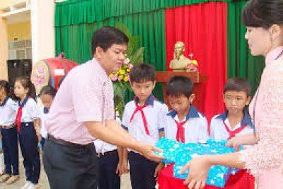 Trường TH Y Nuê tặng quà cho học sinh nghèo đón Tết